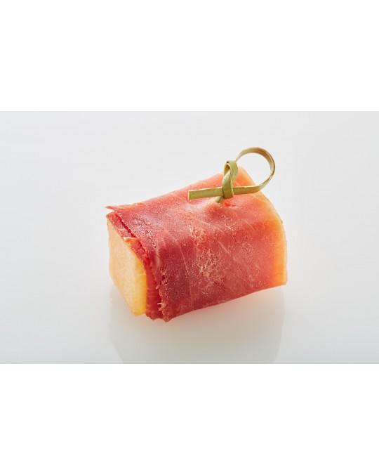 Melonenstück mit Prosciutto ummantelt