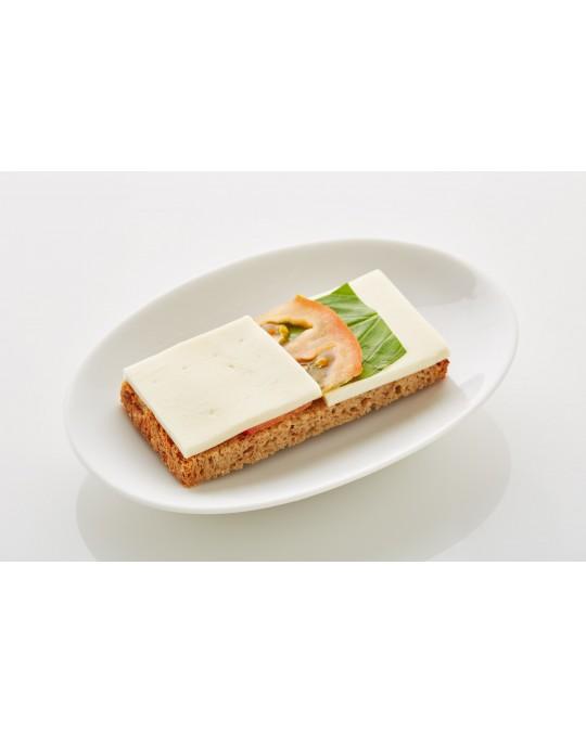 Schwarzbrot mit Mozzarella, Paradeisern und Basilikum